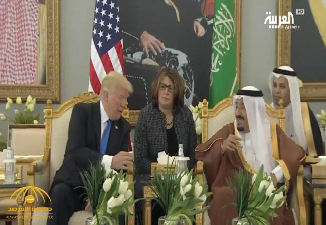 بالفيديو: خادم الحرمين يوضح لترامب معنى هز فنجان القهوة العربية
