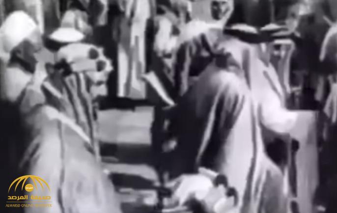 مقطع فيديو عمره 85 عامًا..  الملك عبدالعزيز يطوف بالكعبة ويشارك في غسلها ومعه ملك البحرين