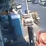 بالفيديو: شاهد سقوط صندوق حديدي على شخص أثناء مروره صدفة في الطريق