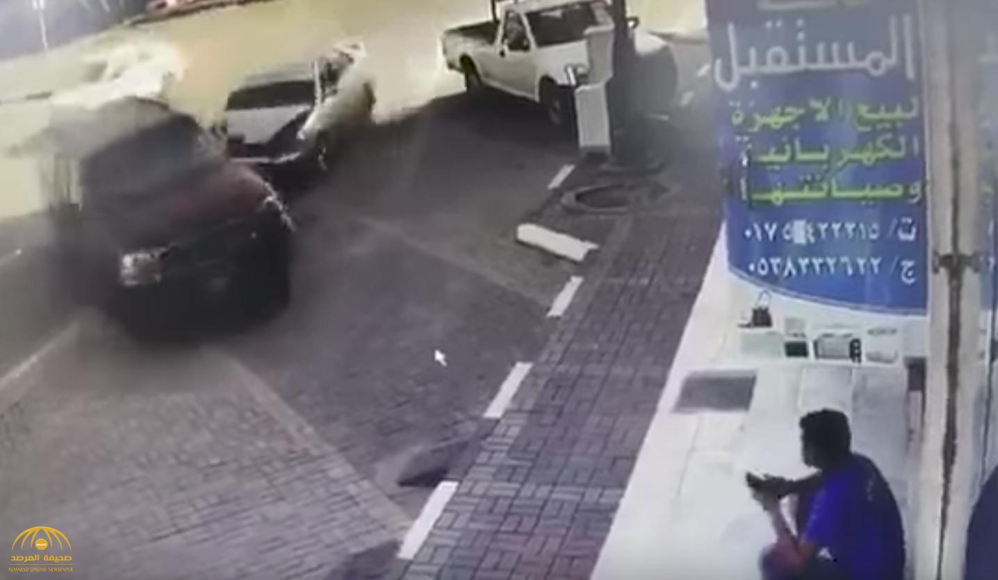 """بالفيديو : حادث غريب .. شاهد انحراف سيارة """"جمس"""" وصدم عامل جالس أمام محل في نجران"""