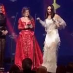 """شاهد""""ميس حمدان"""" تقوم بتصرفات غريبة على المسرح أثناء تسلمها جائزة أفضل ممثلة!"""