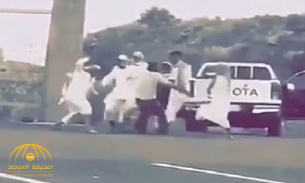 بالفيديو : طلاب جامعة الملك خالد يعتدون على شخص بالعصي ويتركونه ملقى على الأرض