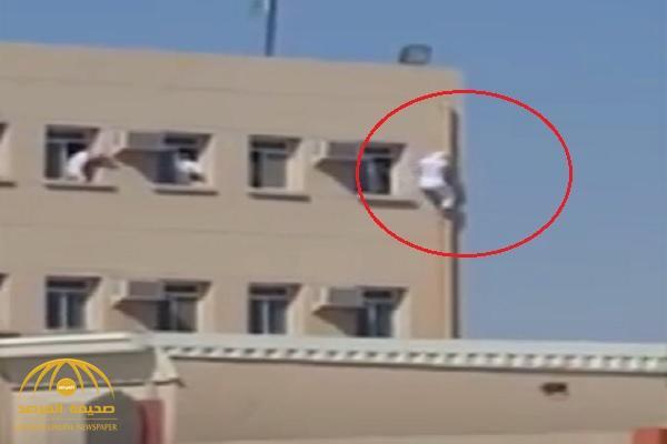 بالفيديو :  شاهد لحظة هروب طلاب من نافذة بالدور الثالث في مدرسة بتبوك