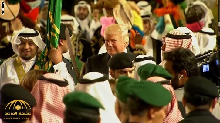 """شاهد  الملك سلمان  والرئيس """"ترامب""""  يؤديان العرضة السعودية"""