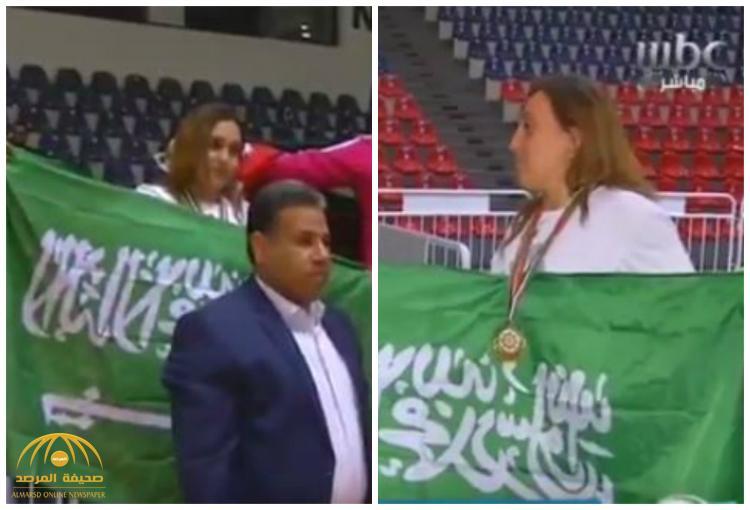 """شاهد: أول سعودية تدخل الـ """"كيك بوكسينج"""" وتتوج بالميداليات تصف شعورها .. ومدربها يُعلق !"""