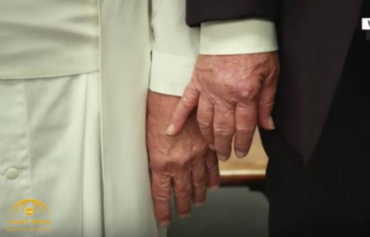شاهد مقطع فيديو ساخر انتشر كالنار في الهشيم ليست ميلانيا فقط .. حتى البابا رفض الإمساك بيد ترامب