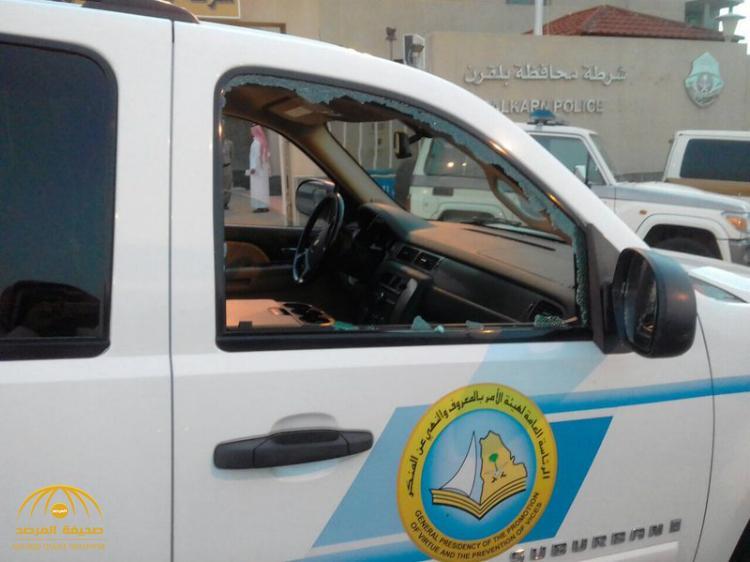 بالصور: وافد عربي يتهجم على سيارة الهيئة بتكسير نوافذها