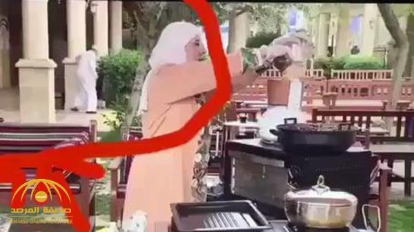 """شاهد .. فيديو طريف لمسن يطارد قط هارب بحذائِه أثناء بث برنامج  لـ""""طباخة"""" كويتية !"""