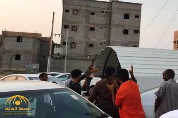"""شاهد .. شبان يطلقون نيران كثيفة من أسلحة """"رشاش"""" في منطقة سكنية بجازان"""