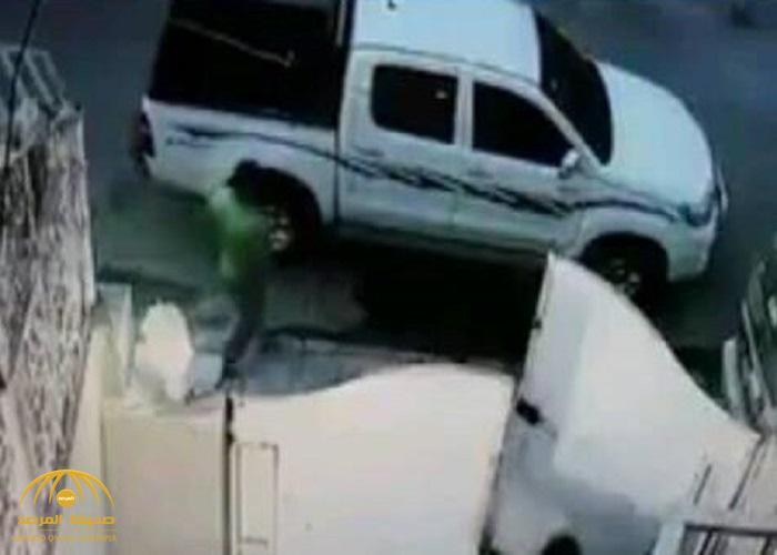 """شاهد """"كاميرا مراقبة"""" .. توثق مقطع فيديو لـ""""عصابة"""" تسرق المنازل وقت المغرب بحجة تفطير صائم"""