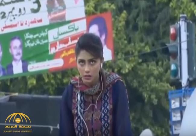 بالفيديو:شاهد.. لحظة إغماء مراسلة تلفزيون في باكستان وسقطوها من فوق رافعة