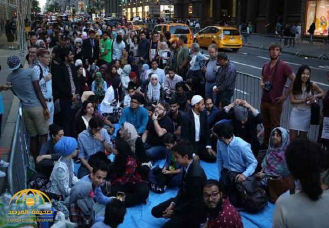 """شاهد : مسلمون """"نساء ورجال""""يتناولون الإفطار ويُصلّون أمام """"برج ترامب"""" لهذا السبب!"""