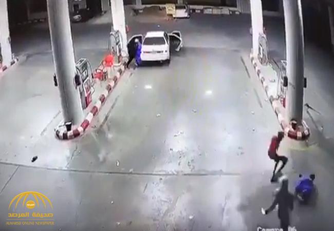 القبض على الجناة الذين ظهروا في مقطع فيديو وهم يعتدون على عمال محطة بنزين-فيديو