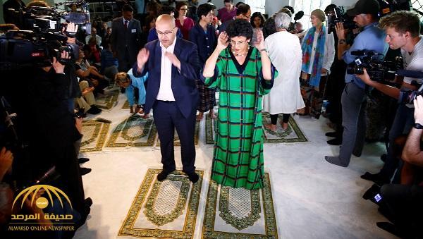 بالصور: شاهد أكاديمية يمنية تصلي بالنساء والرجال جماعة في مسجد بألمانيا