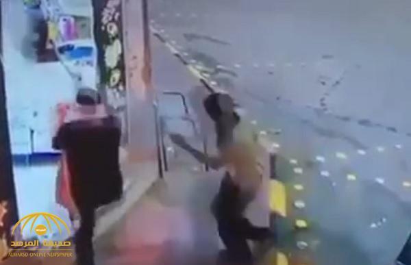 فيديو: شاهد سطو على محل تموينات في الرياض باستخدام طفاية حريق!