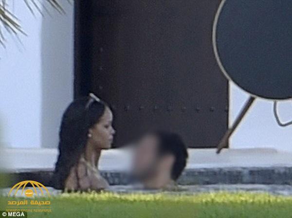 """شاهد .. المغنية الأمريكية السمراء """"ريهانا"""" تداعب عشيقها ابن ملياردير سعودي شهير داخل مسبح في إسبانيا"""
