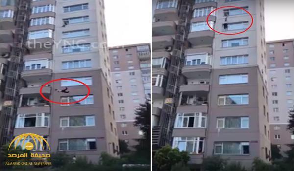 بالفيديو : سقوط مروع لفتاة من الطابق الـ 9 بعد محاولة انقاذ فاشلة