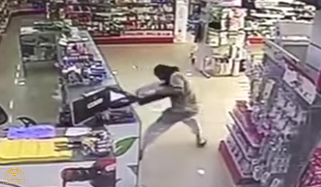 بالفيديو: شاهد ملثم يسطو على صيدلية في نهار رمضان وينزع صندوق المحاسبة بالبكيرية!