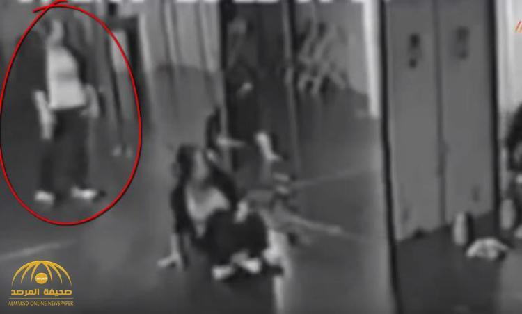 فيديو مرعب : شاهد .. شبح ينعكس في المرآة أثناء ممارسة فتاة الرقص في صالة رياضية