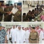 شاهد بالصور: الأمير خالد الفيصل يشارك رجال الأمن إفطارهم في ساحات المسجد الحرام