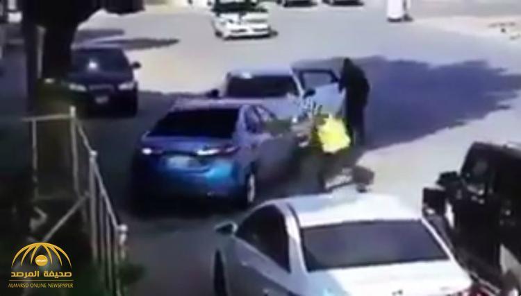 """بالفيديو : شاهد عصابة تستخدم """"براقات"""" الدوريات لسرقة السيارات"""
