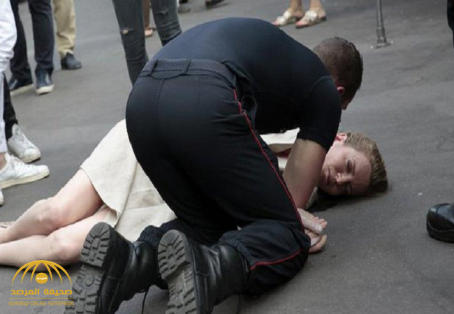 بالصور:رجل يعتدي على وزيرة فرنسية ويطرحها أرضاً في أحد أسواق باريس