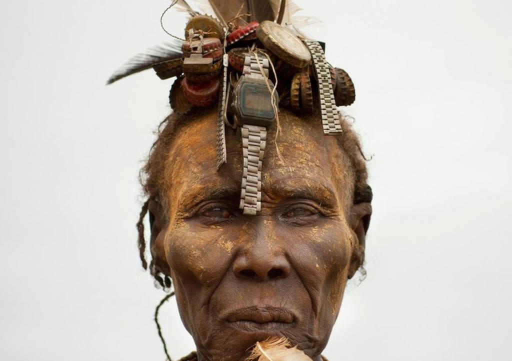 شاهد.. كيف حولت قبيلة إثيوبية أغطية البيبسي وساعات اليد المكسورة لإكسسوارات تتزين بها النساء!