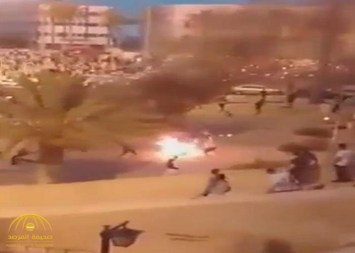 """لحظات مرعبة.. شاهد : """"ليبي""""  يسكب البنزين  ويشعل النار في نفسه احتجاجا على الفقر!"""
