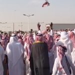 بالفيديو : لحظة إعلان العفو  والتنازل عن قاتل في محافظة الأفلاج .. شاهد رد فعل الحضور