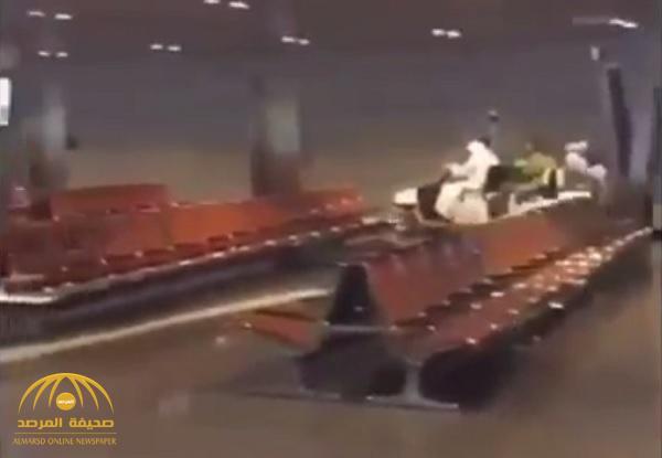 بسبب ضعف حضور السياح لقطر .. شاهد : رئيس طيران القطرية يقود سيارة المطار ويوصل المسافرين بنفسه!