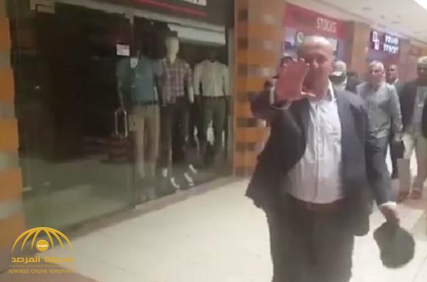 بالفيديو: أول ظهور لقاتل سوزان تميم خارج السجن..بودي جارد وحرية واعتداء على المارة !