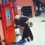 بالفيديو .. انتهى من الصلاة ليسرق الأحذية من أمام المسجد !
