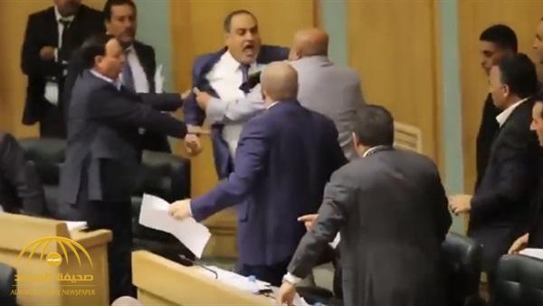 شاهد .. مضاربة في البرلمان الأردني خلال مناقشة أحداث السفارة الإسرائيلية