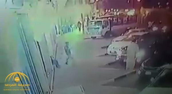 شاهد .. عصابة تستخدم أسلوباً غريباً لسرقة السيارات