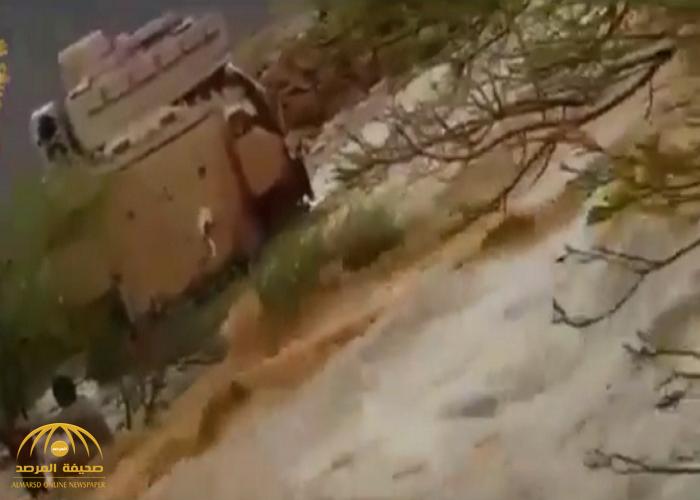 شاهد: كيف أنقذ  قائد مدرعة عسكرية مواطناً يصارع الغرق بعد احتجاز مركبته داخل سيل جارف بظهران!