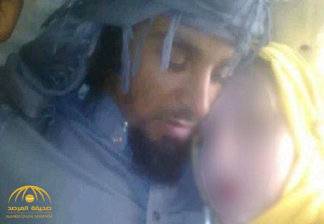 """شاهد بالصور: قاضي داعشي يحتضن طفلة  """"سبية """" في العراق!"""