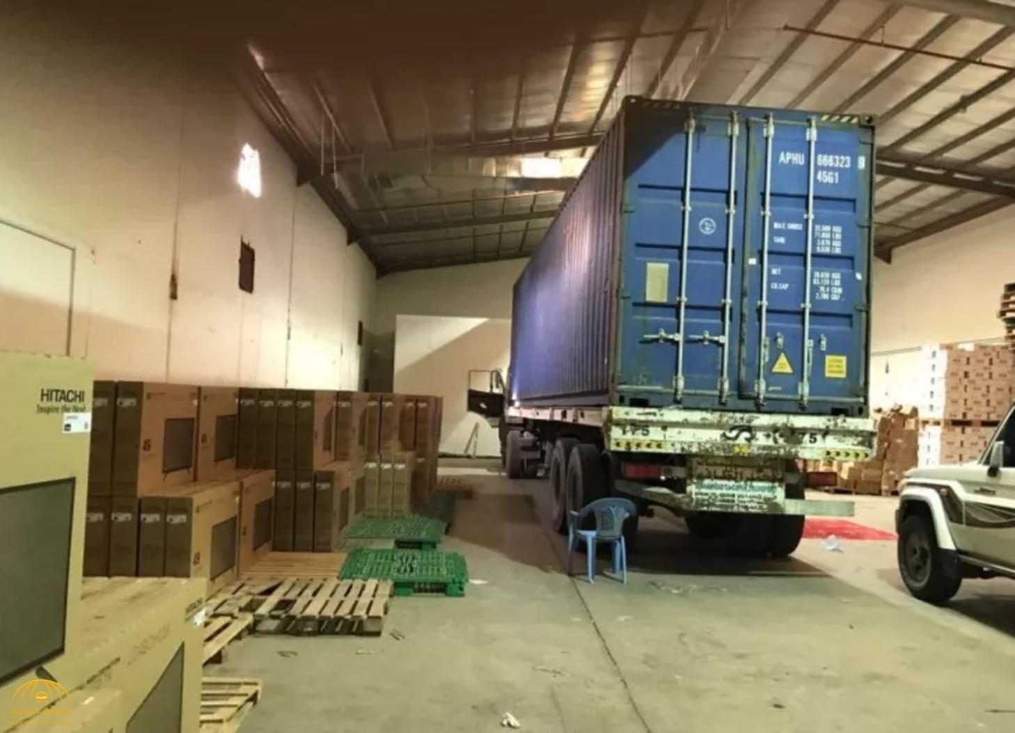 كمين يكشف غموض اختفاء شاحنة وحمولتها بأحد مستودعات جنوب الرياض -صور