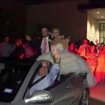 شاهد: لحظة سقوط عروسين من سيارة الزفاف بطريقة غريبة!
