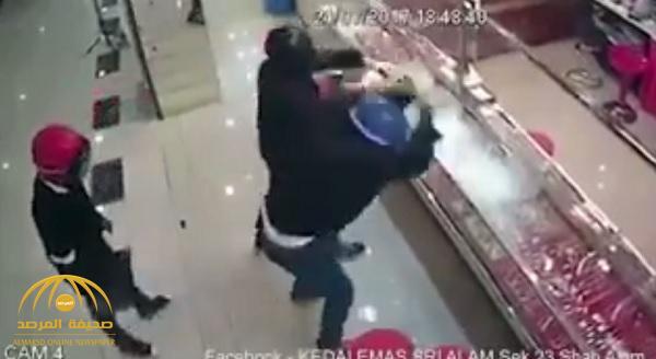 شاهد .. لصوص اقتحموا محل مجوهرات لسرقته بالمطارق .. لكن هذا ما حدث !