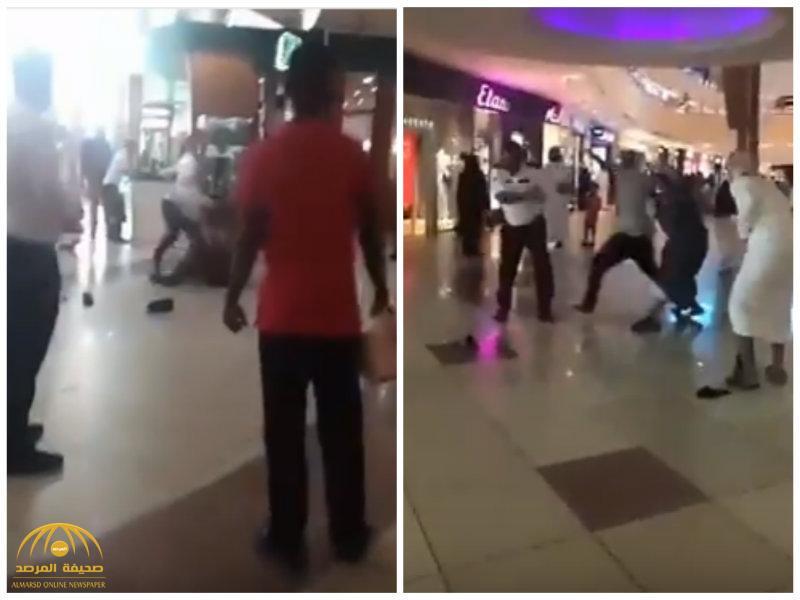 بالفيديو:  مضاربة بالأحذية واللكمات بين شبان وحراس مول تجاري  بالأحساء