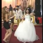 بالفيديو.. خطيبة العريس السابقة تخلع حذاءها وترقص أمام العروس الجديدة لاستفزازها!