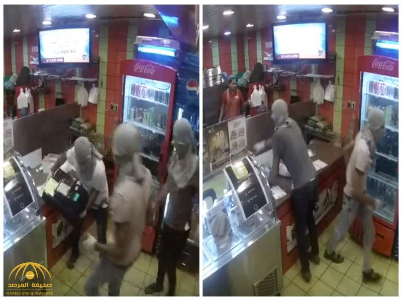 """شاهد بالفيديو ..ملثمون يقتحمون مطعماً بسيهات ويسرقون ماكينة """"الكاشير"""""""