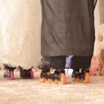 """شاهد بالفيديو:سعودي يكسر الروتين و يزف زوجته بعجلات """"اسكيت رول""""!"""