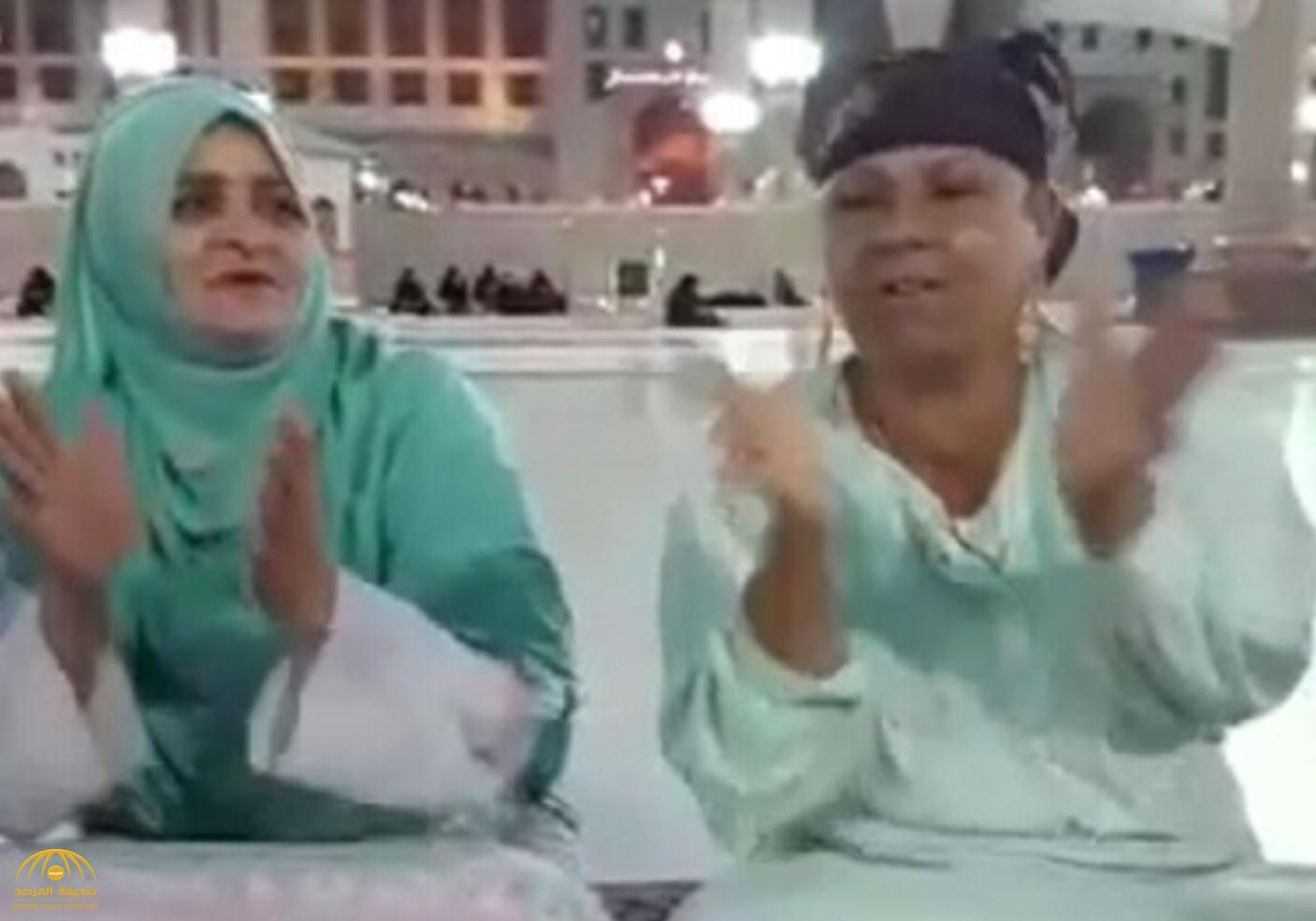 شاهد مصريات يغنون ويصفقون في ساحة الحرم النبوي