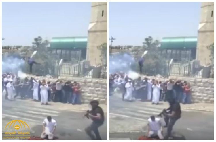 شاهد .. جندي إسرائيلي يركل مقدسياً وهو يؤدي الصلاة أمام الأقصى