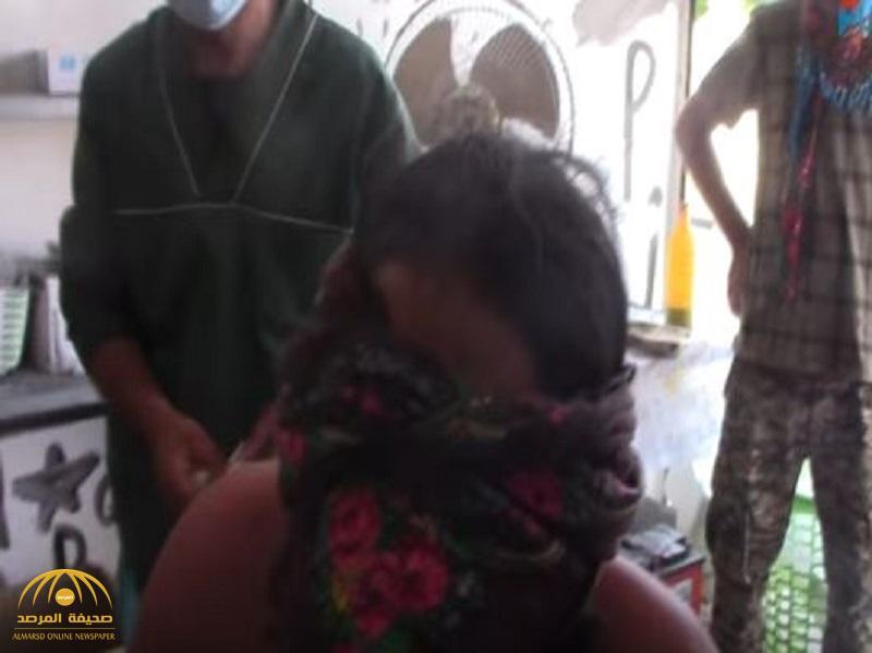 """شاهد: أحد مقاتلي """"داعش"""" يسلم نفسه.. ويظهر """"عُريانا"""" معصوب العينين"""