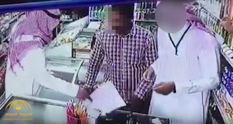 """فيديو: سرقة غريبة .. موظف """"تفتيش"""" يستولي على محفظة بائع في أحد المحلات التجارية"""
