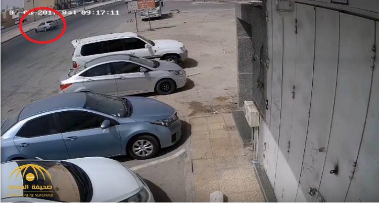 شاهد بالفيديو : قائد مركبة يفقد السيطرة على سيارته ويرتطم بعامود إنارة بطريقة مروعة!