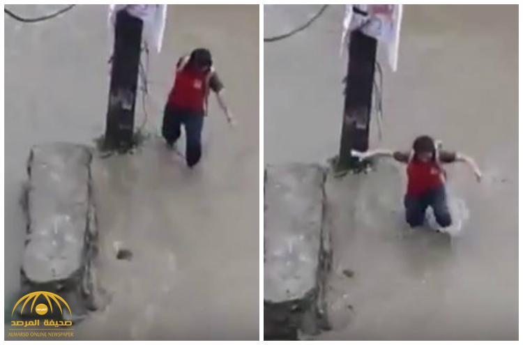 بعد هطول الأمطار .. شاهد : طفل يمشي وسط مياه السيول و يسقط داخل فتحة للصرف الصحي