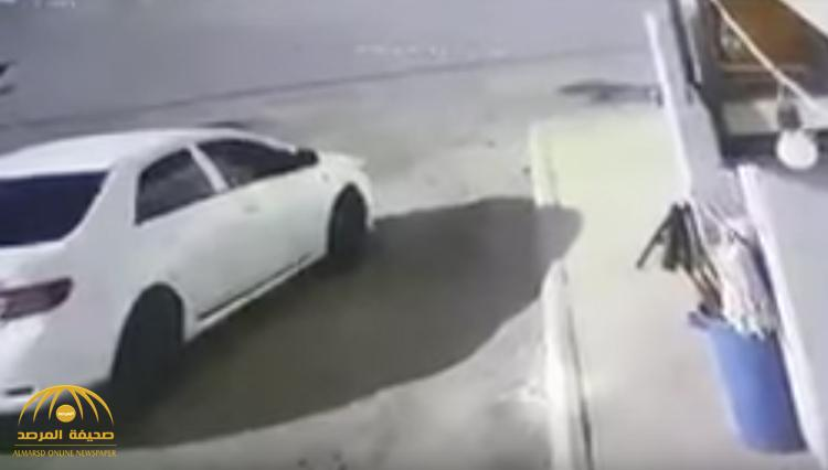 شاهد بالفيديو : سطو مسلح على بقالة في المدينة المنورة